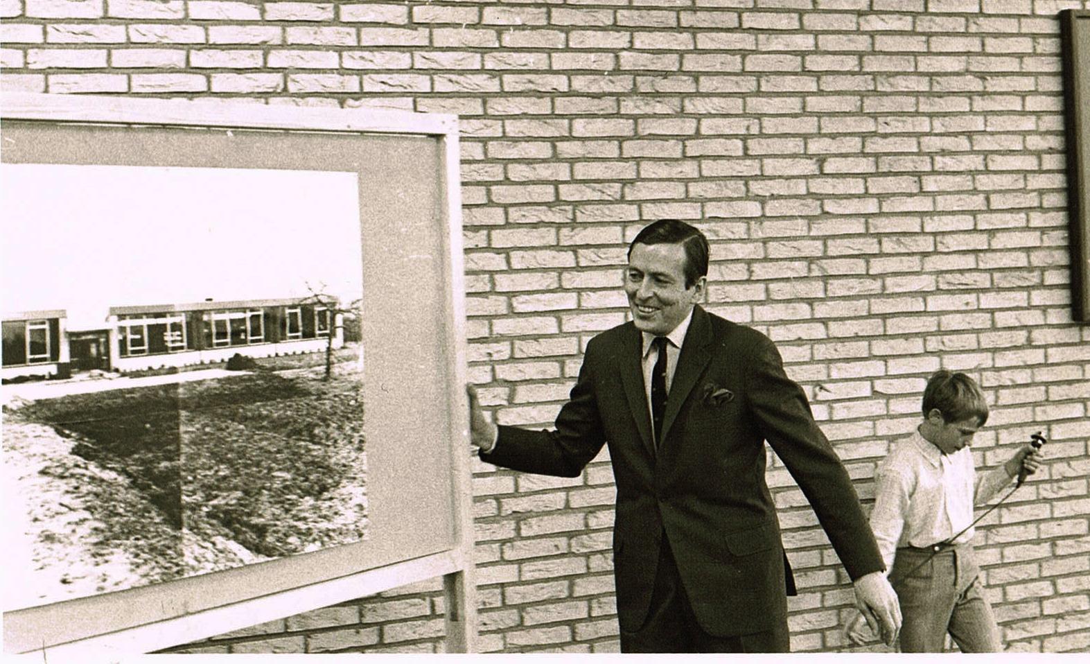 onthulling foto nieuwe school (met microfoon Hans Knijff)